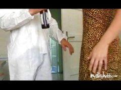 Handwerker bumst mit der scharfen Hausfrau